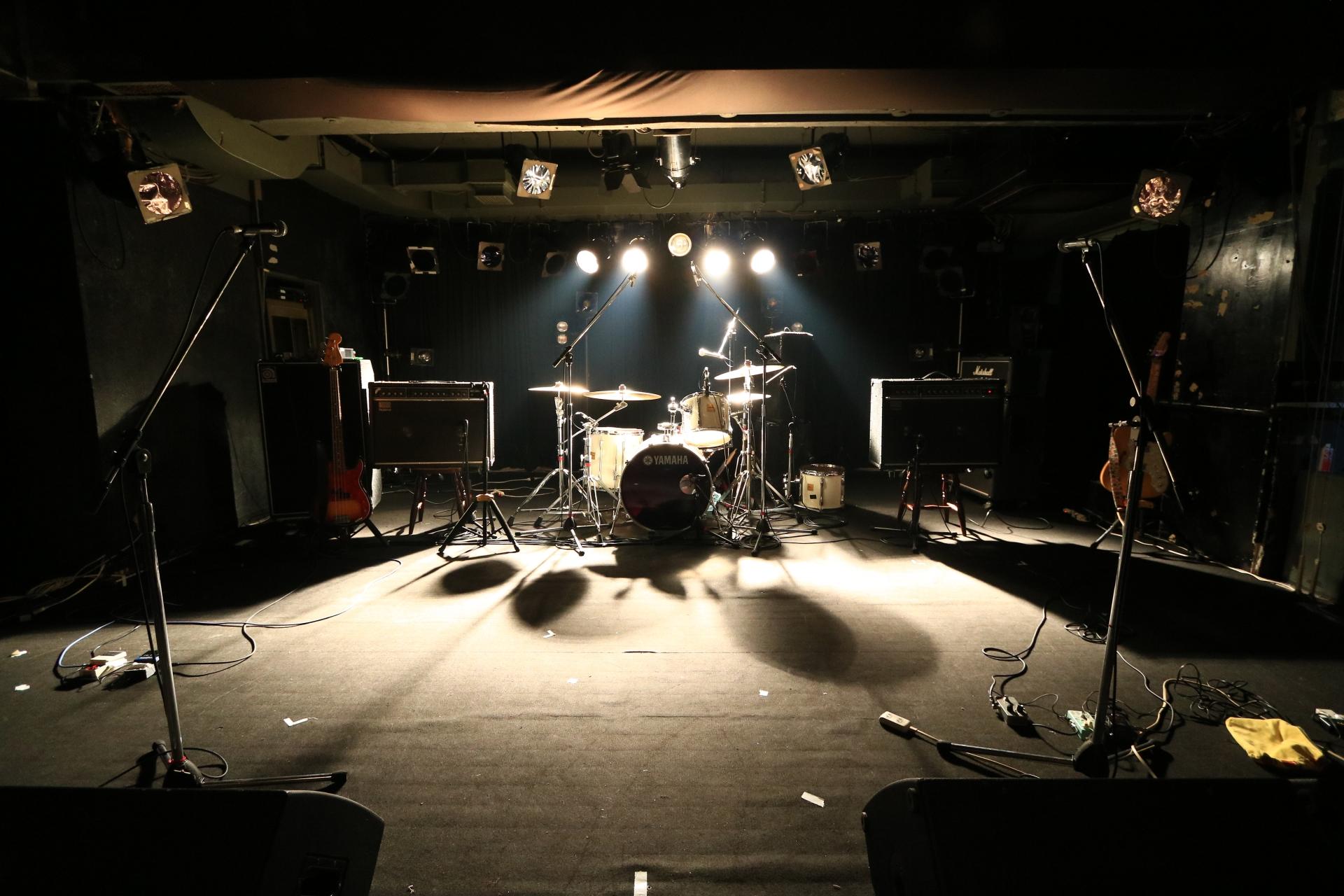 ステージとドラム