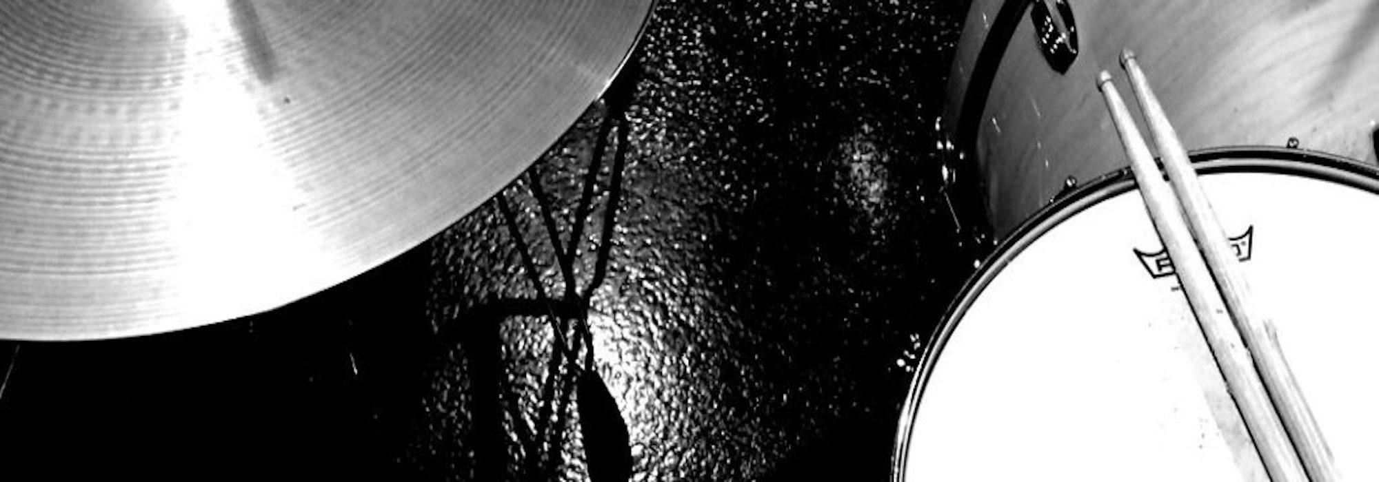 ドラムを叩くミニマリストのドラムレッスン