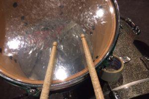 ドラムスティックのチップがぶつかる