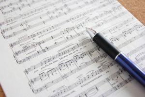 楽譜とペン